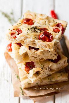 La Focaccia di farro è una focaccia buonissima, alta, alveolata e soffice, realizzata con farina di farro (già sperimentata con ottimi risultati nella pizza bianca col poolish), timo e rosmarino fr…