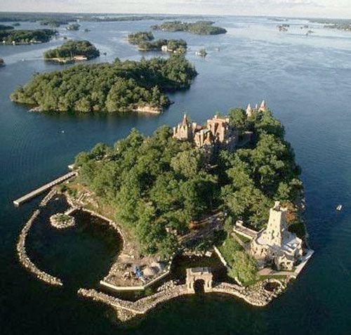 Here Canada and the United States meet… 1000 Islands http://www.1000islandscanada.ca/