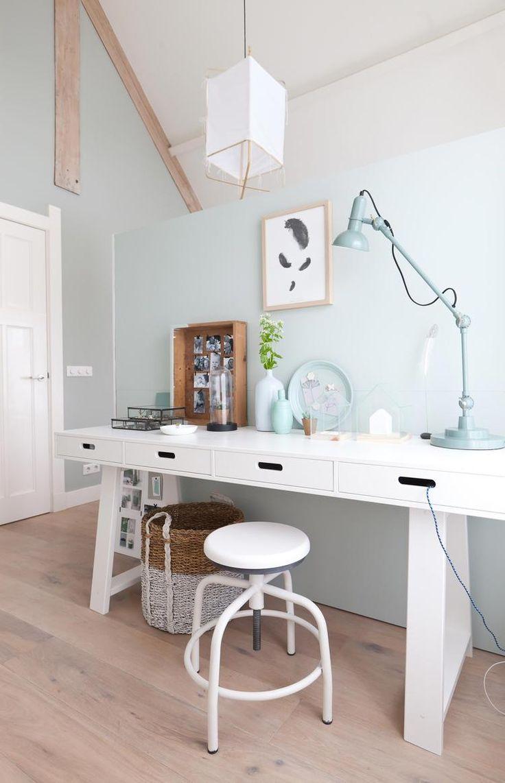 Bekijk de foto van ptd met als titel Vakkenwand als hoofdeinde van het bed en als scheiding tussen het slaap- en werkgedeelte van de kamer; witte sidetable als bureau, witte spiderkruk, groen. en andere inspirerende plaatjes op Welke.nl.