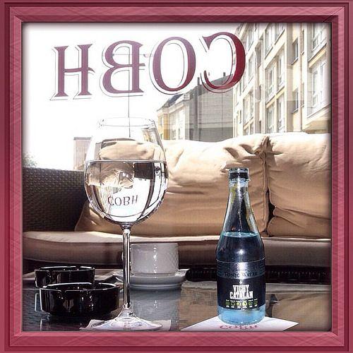 La Tonic PRemium Water by Vichy Catalán en una de las mesas de la terraza de Cobh Pub