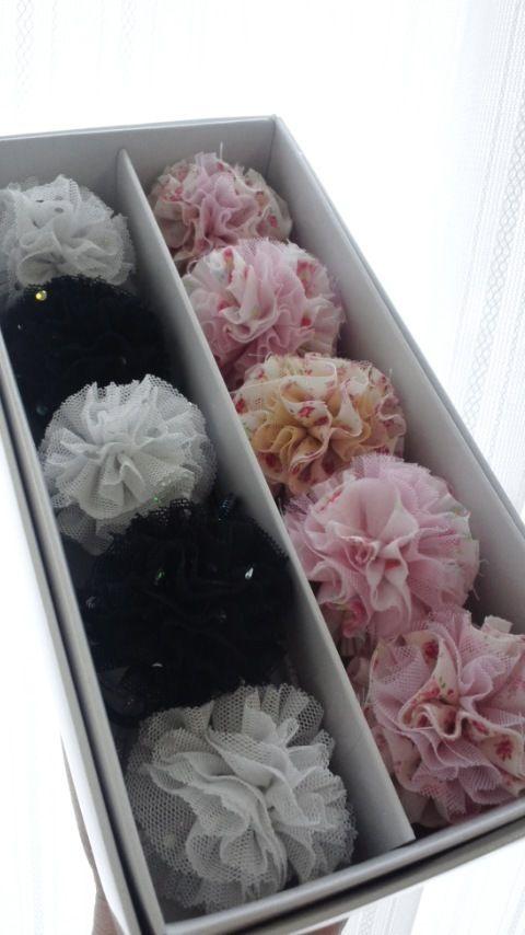 幼稚園に通う娘用のヘアゴム。 ぽんぽんがお花みたいで可愛いですo(^-^)o *レシピに一部追記し画像を追加しました。 ★つくれぽありがとうございます(*^-^*)夏らしい色合いが可愛いですね♪
