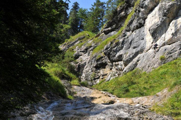 Wie toll wäre es, wenn man die Kletterausrüstung nicht erst stundenlang durch die Berge schleppen müsste. Ein paar Klettersteige in den Alpen sind leicht zugänglich - wie der Hausbachfall-Steig bei Reit im Winkl. Spiegel Online