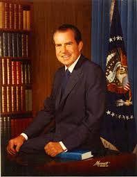"""Watergate. Cuvantul s-a intiparit in constiinta americanilor ca sinonim al scandalului politic, sablon pentru nenumaratele """"gates"""" ce vor urma: de la interceptari ilegale si bani negri la minciuni spuse pentru a acoperi o relatie extraconjugala lamentabila. Unii spun ca motivul pentru care scandalul Watergate a escaladat, culminand cu demisia lui Richard Nixon din 9 august…"""