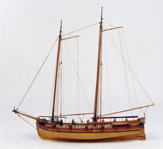"""Modell av kanonbarkass. Fotografiet föreställer en fartygsmodell (Ö 45) ur våra föremålssamlingar. Modellen gjordes ungefär samtidigt som kanonbarkassen den föreställer byggdes . Kanonbarkassen var en av de fartygstyper som F H af Chapman konstruerade för skärgårdsflottan.  I Sjöhistoriska museets utställning """"Klart skepp!""""  visas  flera av de skeppstyper som användes i kriget mot Ryssland 1788-1790. Och modellerna är alltså från 1700-talet!"""