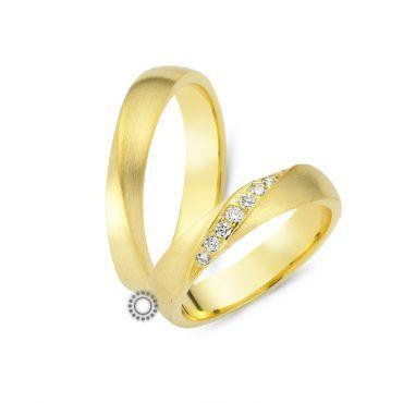 Γαμήλιες βέρες CHRILIA 25 σε κίτρινο ματ φινίρισμα και διπλωμενα διαμάντια στο κέντρο διαγώνια ή ύψωμα σε ακμή | Βέρες ΤΣΑΛΔΑΡΗΣ στο Χαλάνδρι #βερες #γάμου #wedding #rings #Chrilia