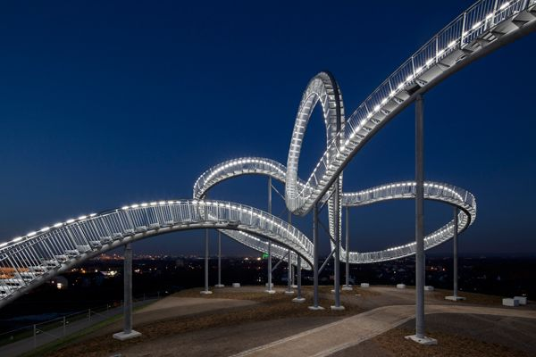 "© Heike Mutter e Ulrich Genth, ""Tiger & Turtle - Magic Mountain"", fotografia de: Guido Erbring, Landmarke Angerpark, Diusburg. Um projecto da Capital Europeia da Cultura RUHR, 2010."