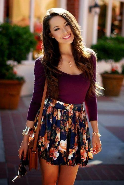Acheter la tenue sur Lookastic:  https://lookastic.fr/mode-femme/tenues/t-shirt-a-manche-longue-pourpre-jupe-patineuse-a-fleurs-sac-bandouliere-en-cuir-brun/3955  — T-shirt à manche longue pourpre  — Jupe patineuse à fleurs bleue marine  — Sac bandoulière en cuir brun
