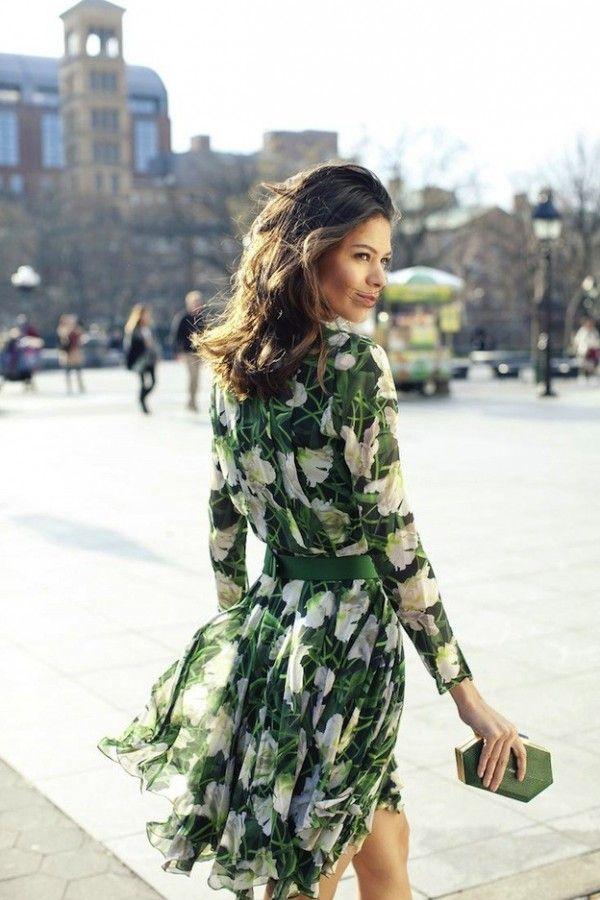 Como combinar un vestido verde metalico
