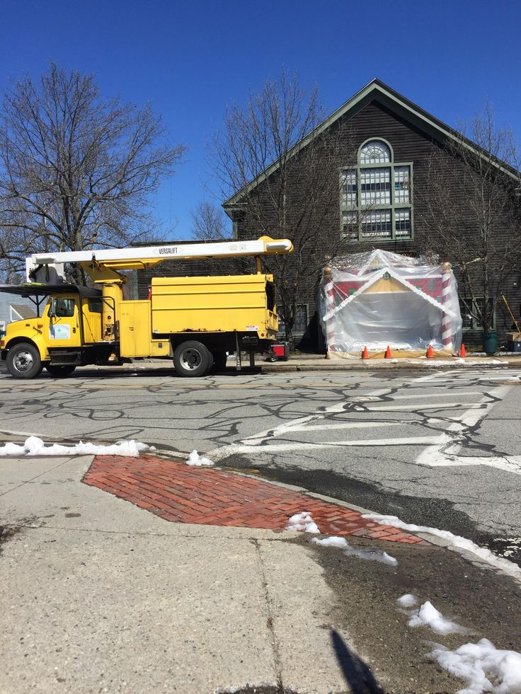 """""""Daddy's Home 2"""" is being filmed in my town so now the town is covered in Christmas Decoration in April. http://ift.tt/2oqpgUh #timBeta"""
