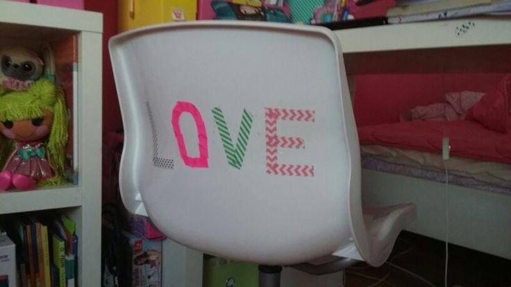 """Cadeira com """"Love """"feito de fita cola"""