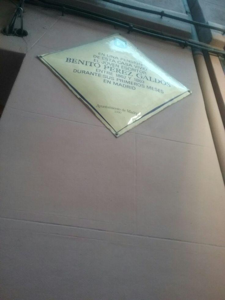 Placa conmemorativa en recuerdo del  lugar donde vivió  en la calle de las Fuentes.