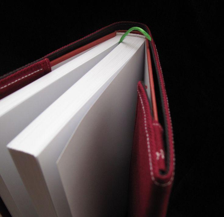 Až+zhasne+světlo+-+obal+na+knihu+-+obj.+Nastavitelný+obal+na+knihu.+Rozměry+dle+vašeho+přání.+Standartní+rozměry+jsou+23+×+44+cm.+Tento+konkrétně+byl+na+přání+a+je+o+pár+centimetrů+větší.+Byl+šit+přímo+na+knihu+Marťan+:)+Vrchní+vrstva+je+z+keprové+látky+vyztužená+a+vnitřní+je+z+látky+nepromokavé,+neb+i+ten+největší+knihomol+může+s+knihou+zmoknout....