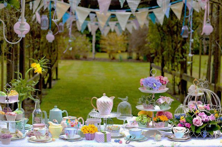 Repas entre amis avec une jolie vaisselle et pleines d'accessoires décoratifs sympas