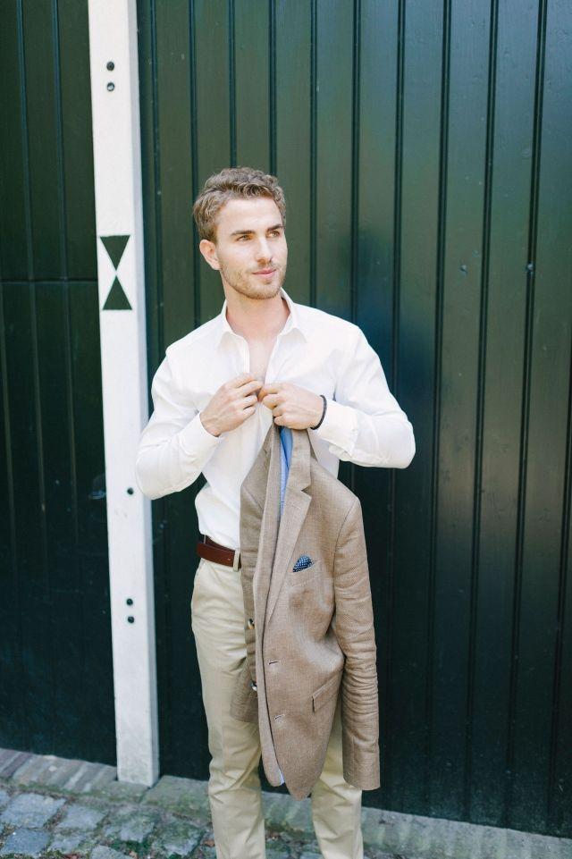 Een lichte kleur voor het pak van je man #bruidegom #beige #trouwpak #lente #groom #suit #wedding #husband   Trouwen in de lente? Inspiratie voor een lente bruiloft   ThePerfectWedding.nl   Fotografie: Youri Claessens