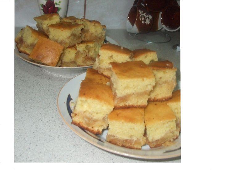 Reteta culinara Prajitura pufoasa cu mere din categoria Prajituri. Specific Romania. Cum sa faci Prajitura pufoasa cu mere
