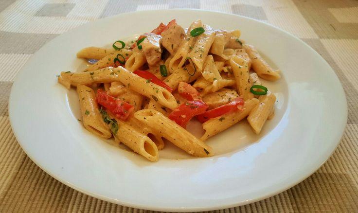 For 6-8 personer 500 g penne pasta 3 kyllingfileter 1 løk 1/2 rød paprika 1 stilk v&#...