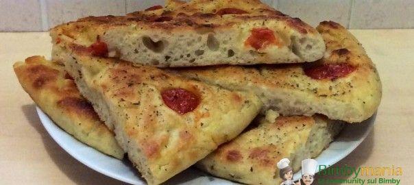 Focaccia con fiocchi di patate Bimby con pomodorini freschi, basta un'ora di lievitazione per infornarla e gustarla! Ingredienti: 300 gr di farina 00, ...