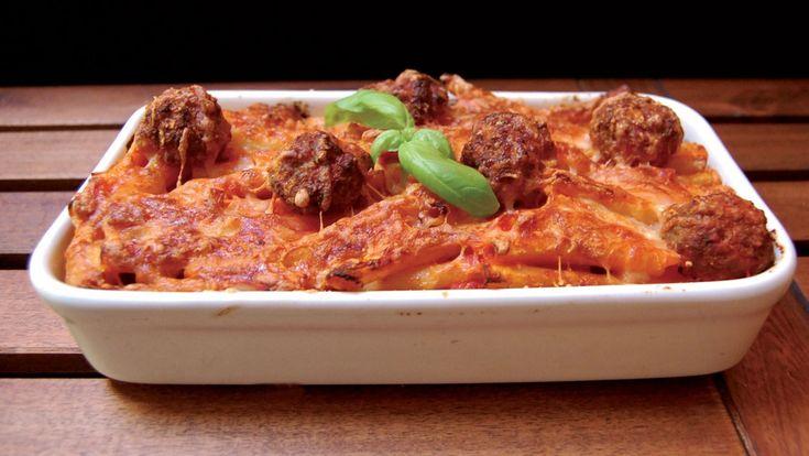 La pasta al forno è uno dei classici piatti dei pranzi domenicali in Italia.  Un formato lungo che abbraccia il sugo come gli ziti è l'ideale per gustare questo piatto delizioso. E' possibile creare in mille versioni, aggiungendo o togliendo tantissimi ingredienti differenti. Oggi ve la presento con un sugo di pomodoro e polpette di carne.    Conservatela in frigorifero dopo la cottura per al massimo due giorni. Se avete utilizzatoingredienti freschiper la preparazionela pasta al forno…