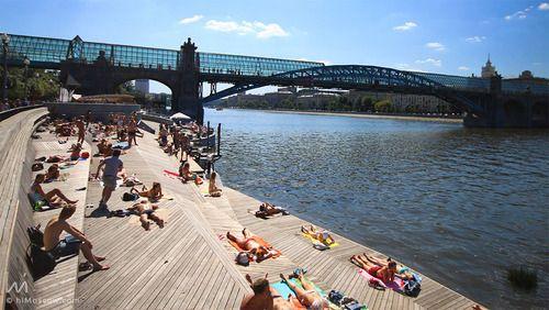 Gorky Park,Sunbath next to Moscow River.