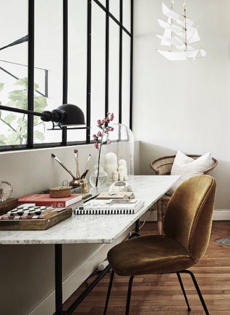 Ce coin bureau fait le plein de lumière grâce à la verrière d'intérieur.