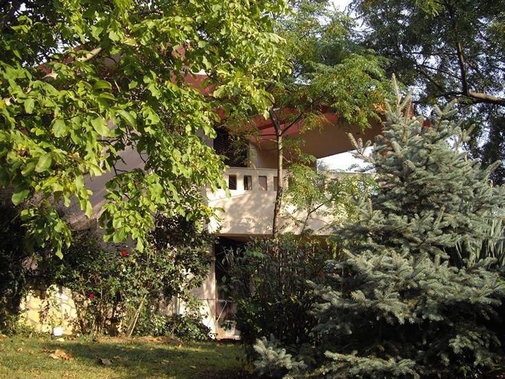 Коммерческая недвижимость в Кассандра,  Греция. 0 кв.м. В аренду предлагаются роскошные частные апартаменты в Сани, Халкидики. Это редкой красоты здание построено на живописной горе, там где были построены первые виллы в Сани, с 1973 по 1998 г. район был значительно ра