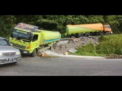 Woow ... Sopir Mobil Gila Menikung Di Tikungan Tajam Dengan Kecepatan Ti...