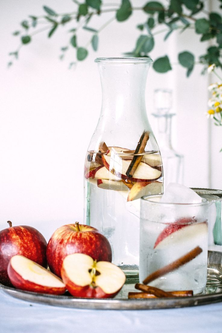 apple cinnamon flavoured water // filtered water, apples, cinnamon sticks: