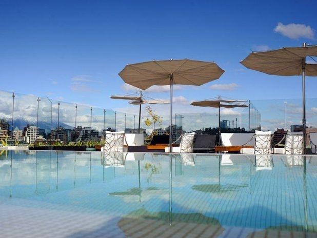 Noi Vitacura, Chile: moderno e elegante, o hotel Noi Vitacura é um dos mais novos empreendimentos de Santiago do Chile. Situada no topo do hotel, a piscina tem vista para os prédios modernos da capital chilena, com montanhas da cordilheira dos Andes ao fundo Foto: Divulgação