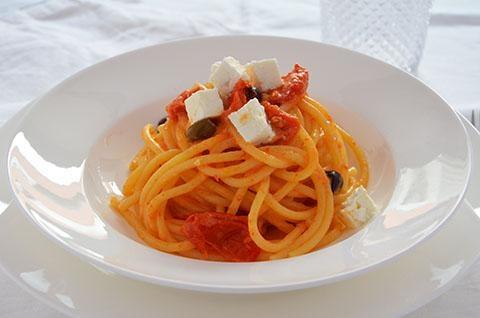 Pasta con pomodorini, feta e olive