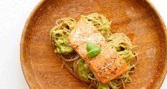 Vind jij romige pastasauzen ook zo lekker? Dan is dit recept wat voor jou! Deze heerlijk romige pastasaus van avocado is snel te maken en zit boordevol vezels en goede vetten (omega-3 vetzuren). Een avocado bevat ook nog eens alle 18 aminozuren en veel vezels die er voor zorgen dat het eiwit uit een avocado gemakkelijk wordt opgenomen door het lichaam. Vind het recept op fitgirl.nl