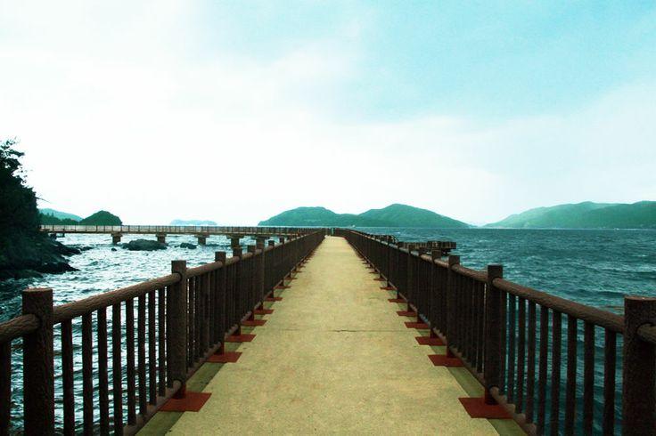 【山口県 笠戸島さんぽ 海上遊歩道】「海上プロムナード」は下松市・笠戸島の「はなぐり海水浴場」の南隣に位置している海上遊歩道です。穏やかな海に浮かぶ全長約300メートルほどの遊歩道は海岸線に沿って整備され、道の途中には突堤があります。夕日を眺めたり、釣りをしたりと楽しんでいただけるスポットです。【問い合わせ先】下松市観光協会 0833-45-1841 #Yamaguchi_Japan #Setouchi http://kankou.kudamatsu.info/hanaguri_yuhodou.html
