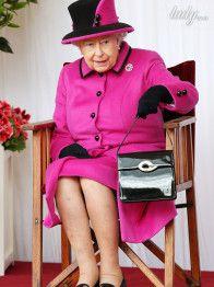 В малиновом пальто и на каблуках: королева Елизавета II на благотворительном мероприятии