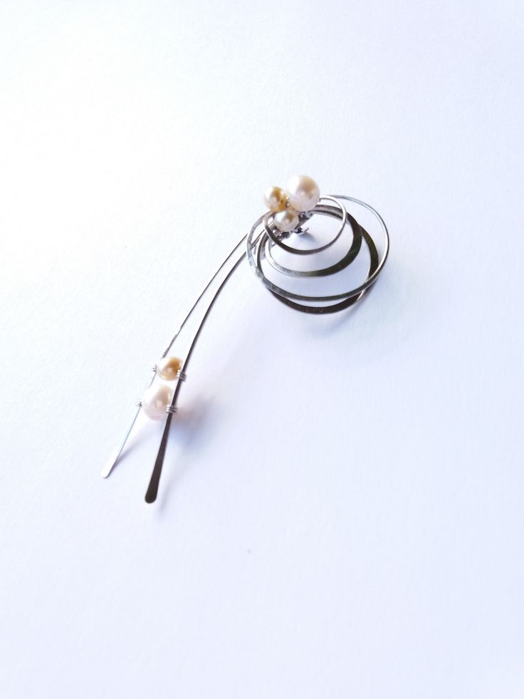"""Brož+B50P""""Poezie+plynoucího+času""""+exkluzivní+perly+Autorský+šperk.+Originál,+který+existuje+pouze+vjednom+jediném+exempláři.Vyniká+jednoduchým+a+přesto+originálním+prostorovým+tvarem,+elegancí+čistých+linií+a+vynikající+kvalitou+i+barevností+pravých+říčních+perel.+Prostorové+řešení+celého+prvku+způsobuje+to,+že+z+každého+úhlu+pohledu+vypadá+brož+jinak,..."""