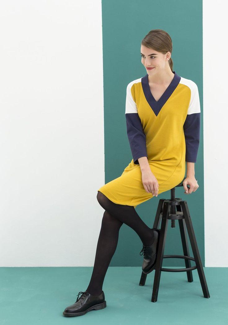 Sweater-dress, het model heeft een diepe V-hals met bies, raglanmouwen met een knik en coupenaadjes bij de buste.  Bestel je dit patroon, dan ontvang je ook het patroon KM1702-05 sweater  er gratis bij!