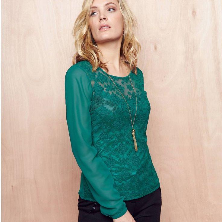 De tijdloze charme van kant in combinatie met een luchtige voile bepalen het karakter van deze bloes van UW MODE, die is gevoerd met een tricot topje om het geheel wat minder transparant te maken.