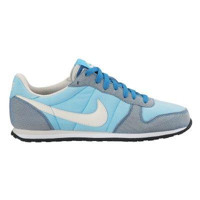 Dla miłośniczek sportowego stylu Buty Genicco Canvas renomowanej marki Nike to supermodny, miejski model, idealny dla wielbicielek sportowego stylu. Efektowny fason nawiązujący do obuwia z lat 80. oraz jasna, pastelowa kolorystyka dobrze wyglądają w każdej letniej stylizacji. Materiały zastosowane podczas produkcji butów świetnie sprawdzają się w ciepłe dni. Miękka, tekstylna cholewka współgra z naturalnym ruchem stopy. Z amortyzowaną podeszwą Gumowa podeszwa z rowkowanym bieżnikiem…