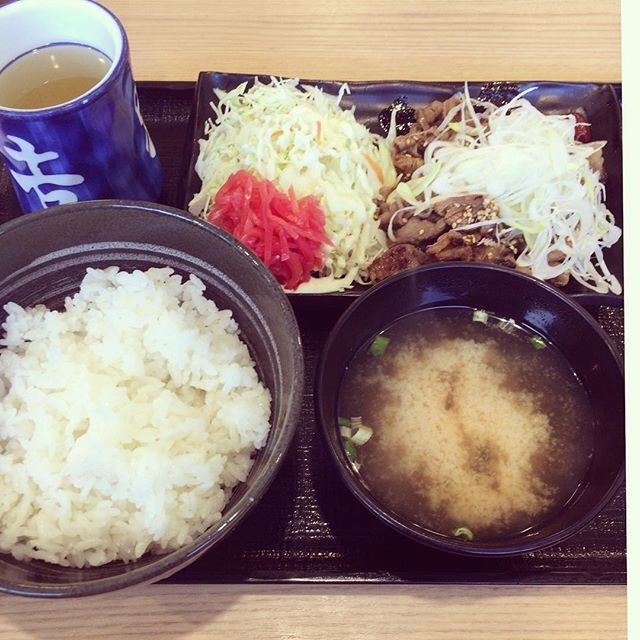 今日のランチです。#ランチ #ランチタイム #今日のランチ #昼ごはん #昼ご飯 #昼御飯 #lunchtime #instagood #instaphoto #外食#並盛り#お腹いっぱい #japanesefood#japan#暮らしを楽しむ#日々の暮らし#ごちそうさまでした  #吉牛#カルビ#牛カルビ定食#美味しい#満腹#食べ過ぎた#ごはん#味噌汁#肉#定食