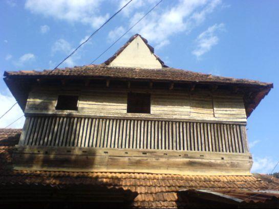 பந்தளம் அரண்மனை அடூர் நகரிலிருந்து 10 கிலோமீ��