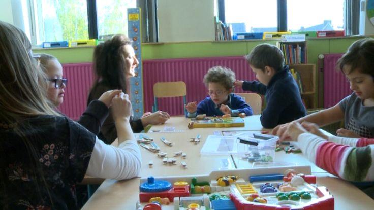 C\'est désormais officiel, l\'école Saint-Paul de Mont-sur-Marchienne accueille une classe pour enfants extraordinaires. Cette expérience née d\'une initiative citoyenne a démarré en septembre. Elle permet à 10 enfants porteurs de trisomie 21 ou atteints d\'un autisme léger de participer à la vie d\'un établissement scolaire ordinaire. La ministre de l\'enseignement en Fédération Wallonie Bruxelles, Marie-Martine Schyns, est venue sur place pour découvrir en quoi consistait exactement la…