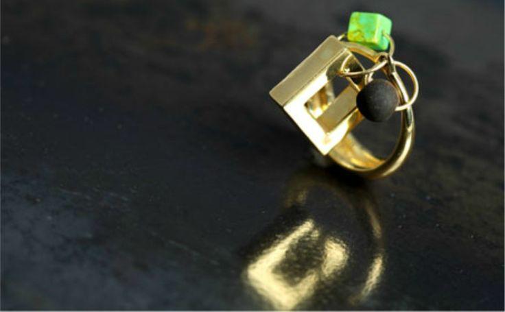 anello in oro con applicazioni in turchese verde e polvere di lava.