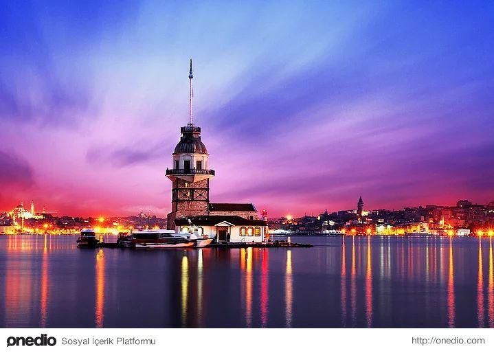 Rengarenk bir İstanbul akşamında Kız Kulesi...