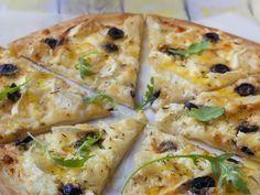 pâte à pizza, fromage de chèvre, miel liquide, crème fraîche liquide, olives, emmental
