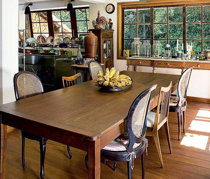 As cadeiras dos anos 1950 foram garimpadas ao longo da vida do casal Márcia Marinho e Paulo Pinho. As peças de madeira compõem o estilo rústico da cozinha