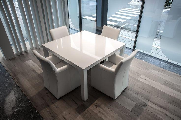 Karat - Inrichting kantoren Condius - Moderne karattafel in witte Quarts gecombineerd met de armstoeltjes op wielen in volnerfrundsleder.