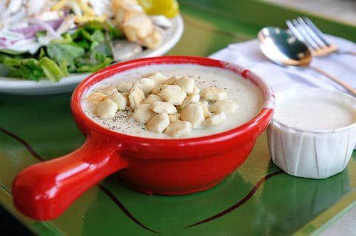La Clam Chowder est un plat réputé provenant de la côte est des USA, et est en fait une soupe crémeuse avec des palourdes et des légumes. A voir absolument