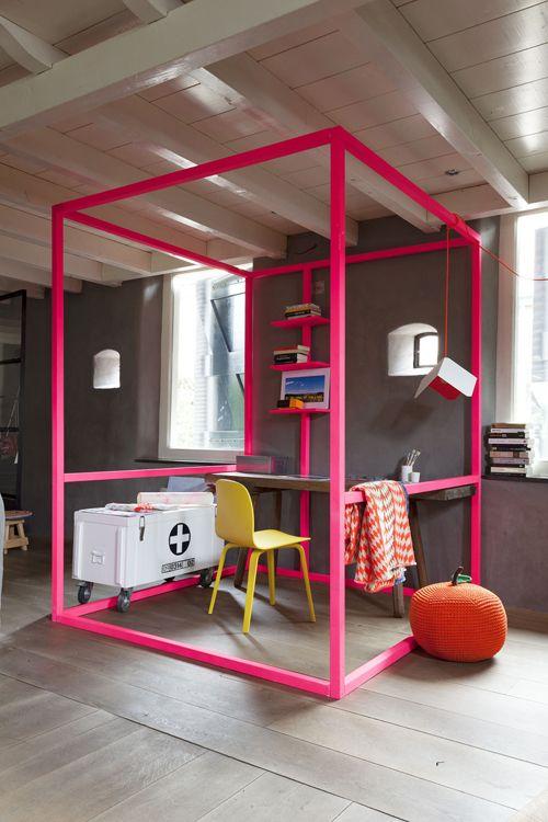 hot pink colorful home office idea :: trabalhando em casa ::