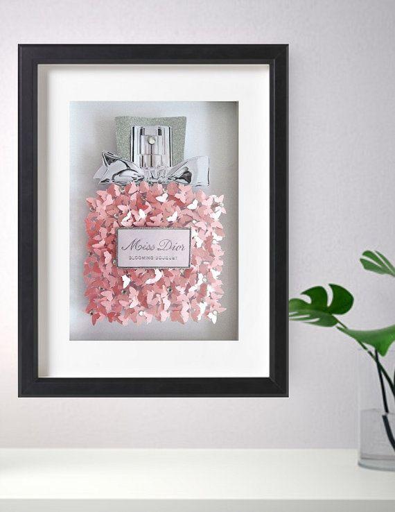 Miss Dior perfume botella imagen mariposas 3d, a medida de lujo perlado * ÚNICO a FLUTTER MARCOS * Hechos a mano con más de 150 mariposas mano perforada hechas con papel pearlised rosa y diamantes para ese toque de clase El fondo de la imagen es blanco brillo Si usted está buscando un regalo único, este impresionante arte 3d de la pared de la imagen hace el regalo perfecto de aniversario, regalo de boda, regalo de cumpleaños o simplemente un regalo de la ocasión especial para eso especial…