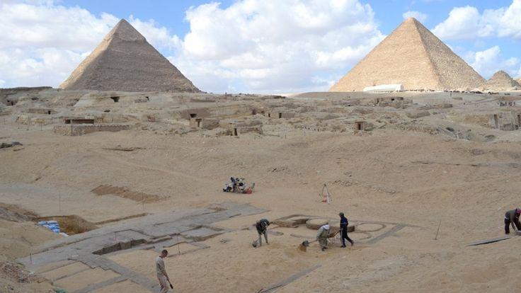 I pesanti blocchi venivano trasportati lungo il Nilo su barche di legno tenute insieme da corde. Lo conferma il ritrovamento di un papiro