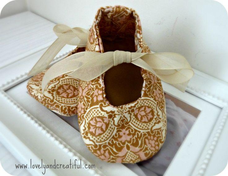 Zapatos de tela para bebé. Patrón gratuito y tutorial en http://lovelyandcreatiful.com/2014/04/21/zapatos-de-bebe/