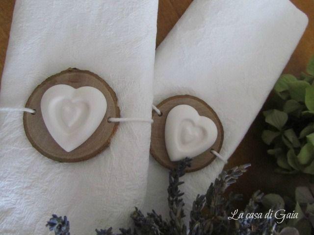 Portatovaglioli in legno con cuore di gesso di ♥ La casa di Gaia ♥ su DaWanda.com